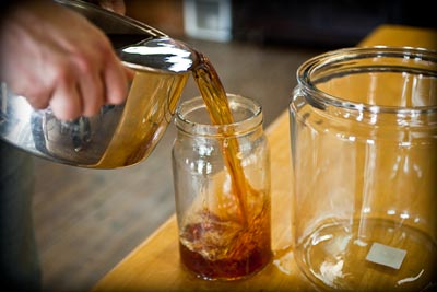 pour sugar tea solution into glass jars